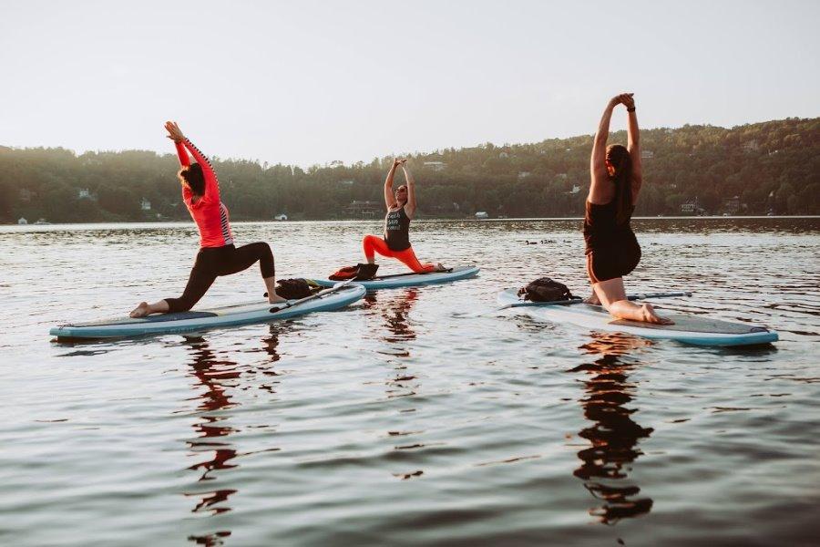 Cours de SUP yoga offert par La Plage Québec